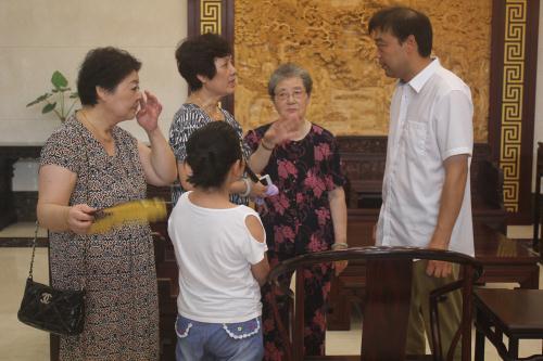 强艺红木总经理与客户管阿姨一家在真诚交流