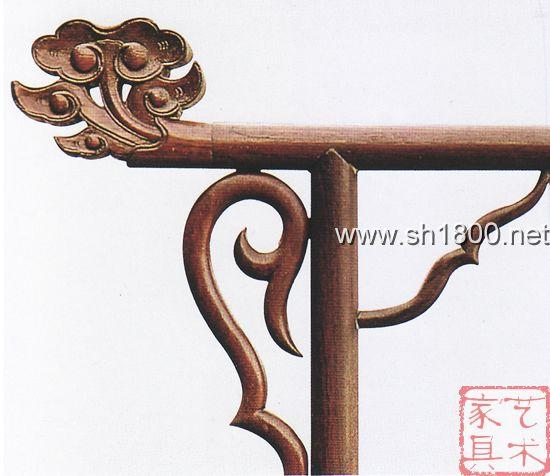 (2)与动物纹样的组合 如明式家具榉木夹头榫翘头案挡板雕刻的灵芝